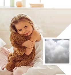 Kind mit Teddy und Füllwatte